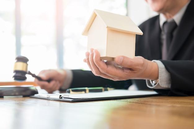 Il giudice agita il dito mentre definisce la legge nella causa immobiliare Foto Premium