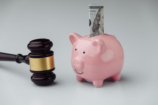 Giudice martelletto di legno e salvadanaio con banconota da un dollaro
