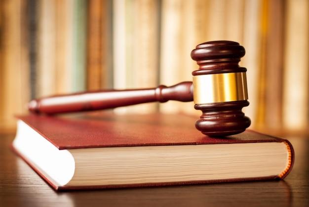 I giudici martellano su un libro di legge