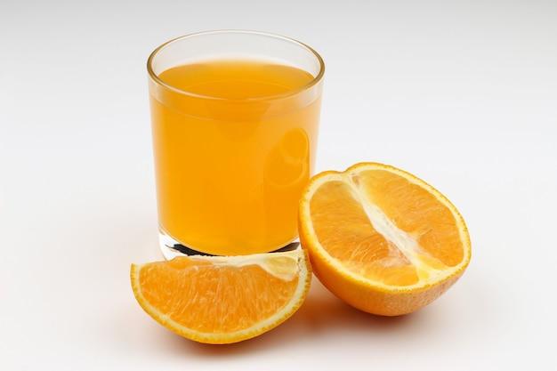 Succo e arancia su un bianco