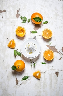 Spremiagrumi con arance fresche. il succo d'arancia fresco