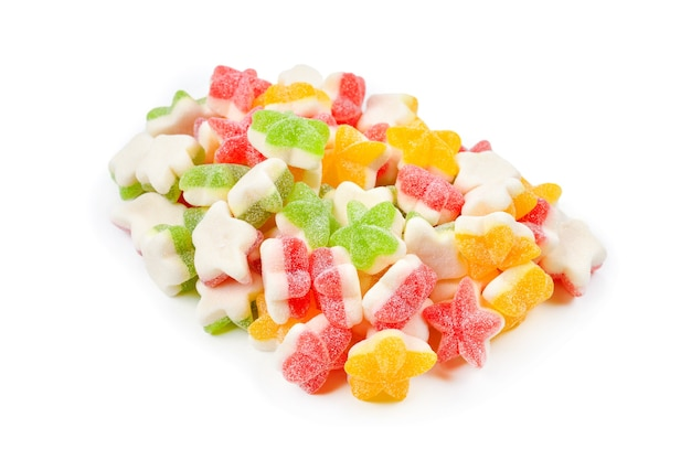 Succosa gelatina colorata stelle dolci isolati su bianco. caramelle gommose.