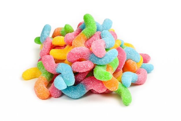 Succose caramelle gommose colorate isolate su bianco. caramelle gommose. serpenti.