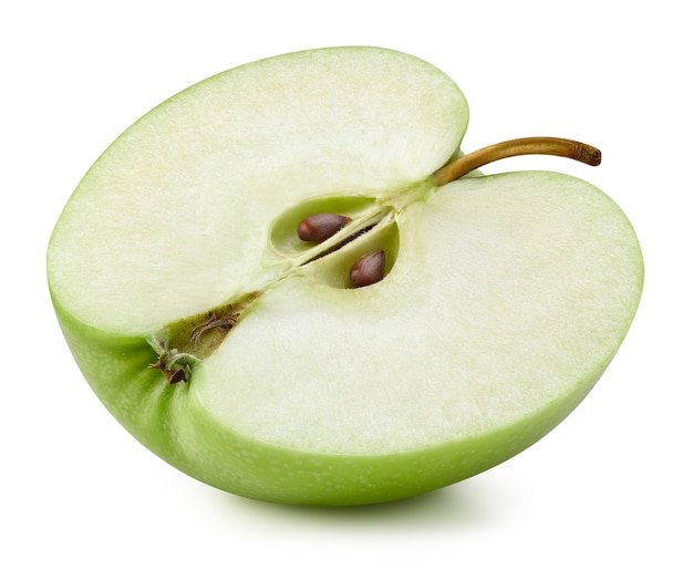 Mele fresche succose. metà della mela verde matura isolata su bianco