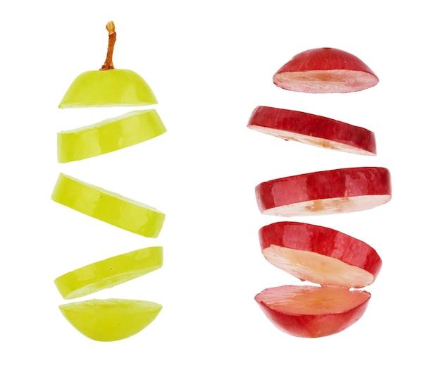 Uva succosa nel taglio su un fondo bianco