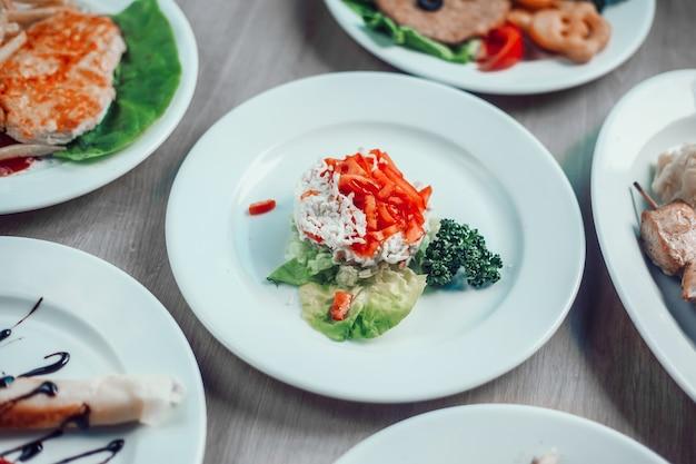 Succoso kebab su uno spiedino di legno e altri piatti per una cena in famiglia nel ristorante