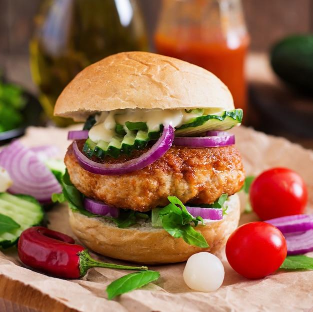 Hamburger succosi e piccanti di pollo in stile asiatico - sandwich
