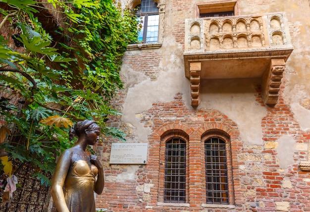 Statua di giulietta e balcone della casa di giulietta a verona, italia