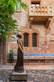 Juliet staue e parete con note d'amore a verona, italia