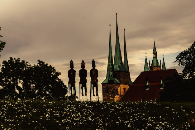 Luglio 2021 erfurt germania chiesa di san severo e tre vescovi sculture editoriale