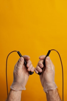 Corda per saltare tenuta da una mano con guanto di protezione