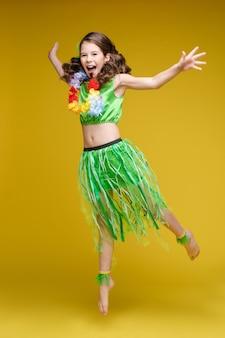 Ragazza divertente di salto in vestiti luminosi di estate che hanno posa positiva di emozione