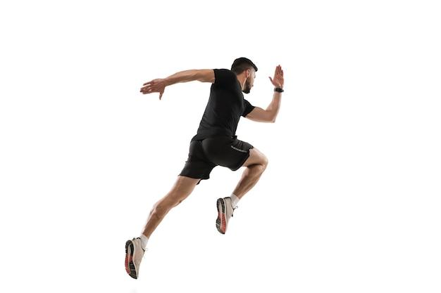 Saltando in alto. sportivo professionista caucasico formazione su studio bianco.