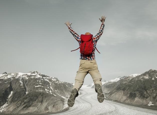 Uomo di salto in montagne vulcaniche, bromo, indonesia