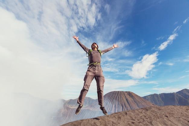 Uomo che salta in montagne vulcaniche, bromo, indonesia
