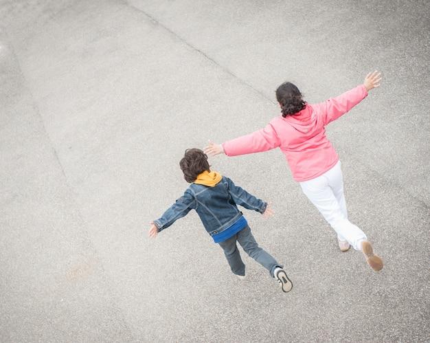 Saltando in braccio ragazzino in strada