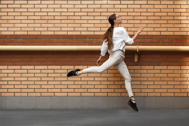 Donna che salta in città, ballerina