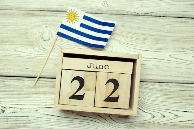 22 giugno immagine del 22 giugno calendario di legno di colore sul tavolo di legno. giorno d'estate