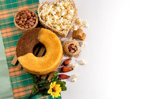 Tavolo delle feste di giugno. tipica festa brasiliana di giugno. torta, arachidi, popcorn e pinoli. vista dall'alto.