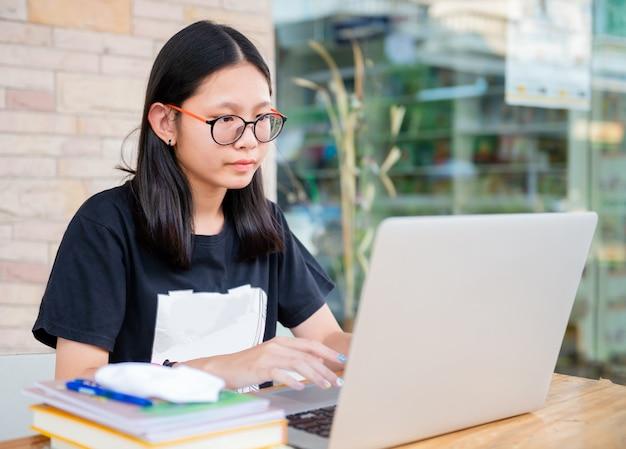 La ragazza del liceo fa i compiti