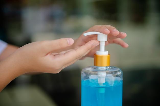 Lavaggio a mano per bambina della scuola elementare
