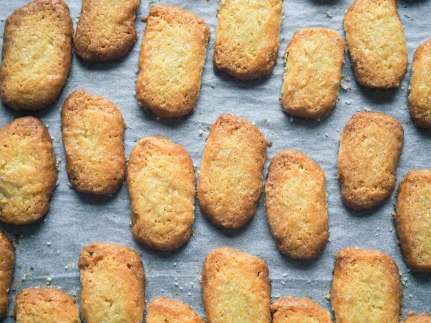 Frollini appena sfornati. biscotti allo zenzero. biscotti appena sfornati.