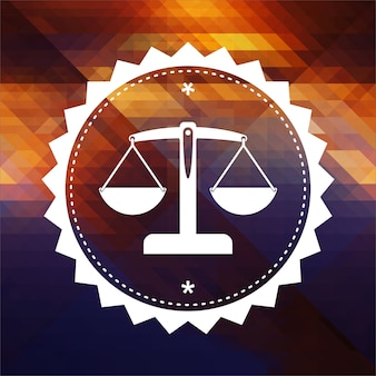 Concetto di giustizia - icona della bilancia in equilibrio. design dell'etichetta retrò. sfondo hipster fatto di triangoli, effetto di flusso di colore.