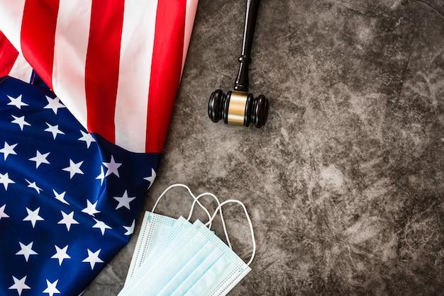Giustizia durante la pandemia covid19 in america, sfondo con bandiera.