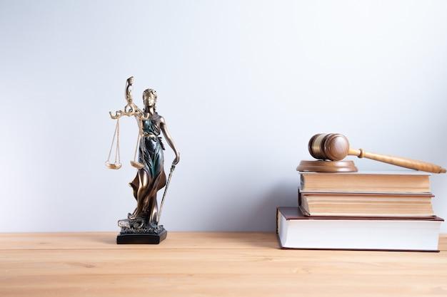 Signora della giustizia con il giudice sui libri di diritto
