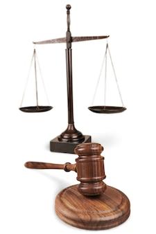 Bilancia della giustizia e martelletto in legno