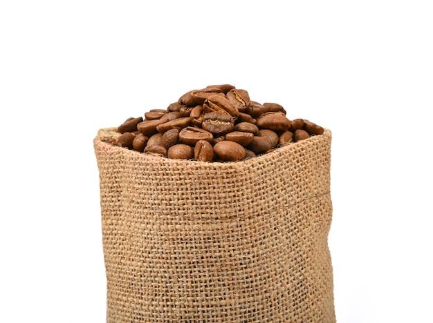 Borsa di tela di iuta di chicchi di caffè tostati isolati