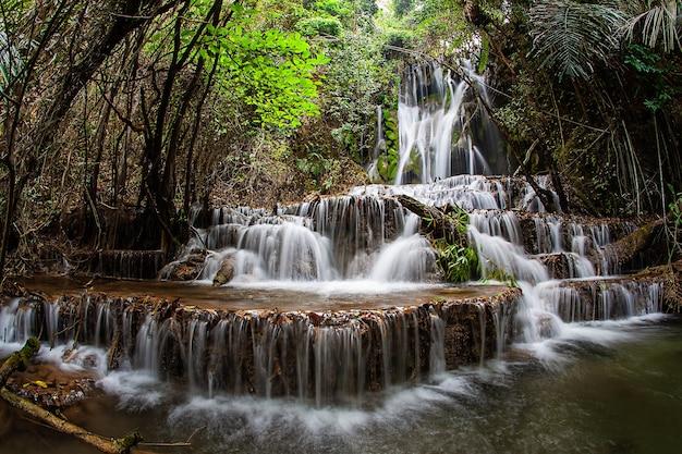 Cascata ka ngae sot 4 ° piano al parco nazionale del santuario della fauna selvatica di thung yai naresuan Foto Premium