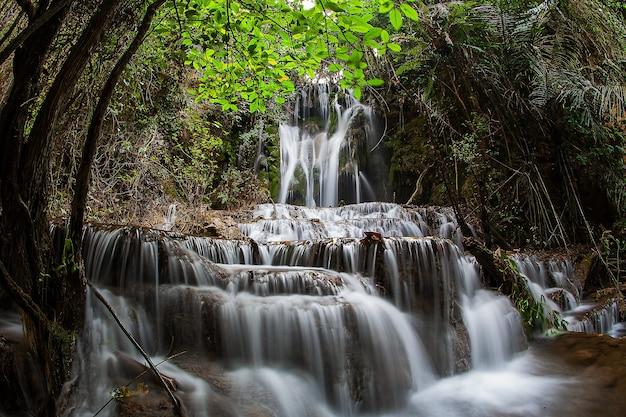 Cascata di ka ngae sot nel parco nazionale del santuario della fauna selvatica di thung yai naresuan Foto Premium