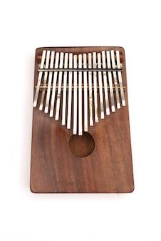 Kalimba o mbira è uno strumento musicale africano kalimba realizzato con una tavola di legno con isolat in metallo