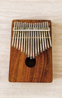 Kalimba o mbira è uno strumento musicale africano kalimba realizzato con una tavola di legno con metallo