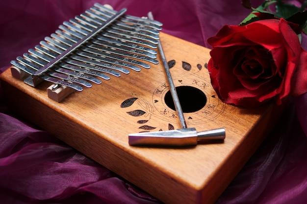 Kalimba (mbira o malimba). strumento musicale africano.