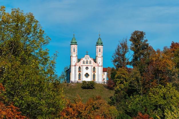 Chiesa kalvarienbergkirche nella città di bad tolz in baviera germania