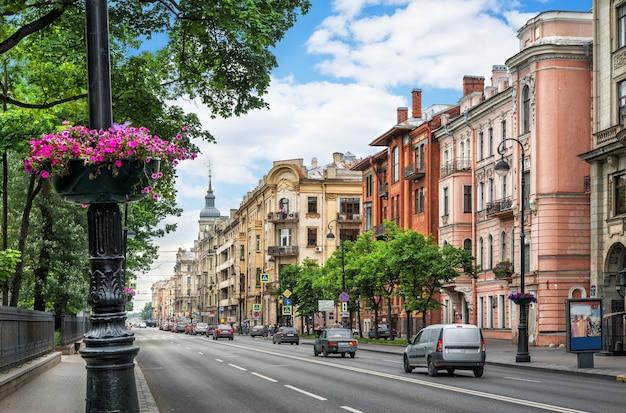 Viale kamennoostrovsky con vecchie case a san pietroburgo in una giornata estiva