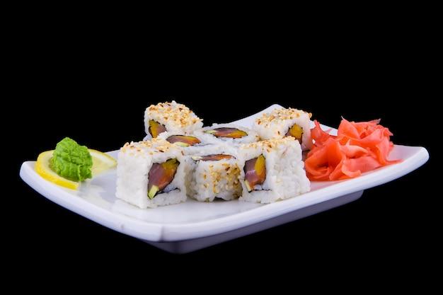 Kani avocado maki - panini con polpa di granchio, avocado e sesamo su un piatto bianco.
