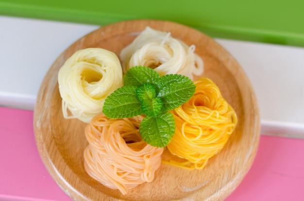 Kanom jeen, spaghetti di riso freschi. cucina tailandese