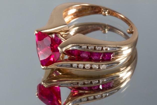 Anello in oro giallo carati con diamanti e rubini