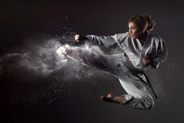 La ragazza di karate rimbalza e fa un calcio