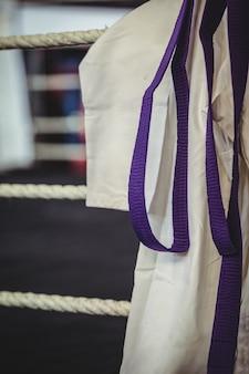 Uniforme da karate e cintura viola nel ring