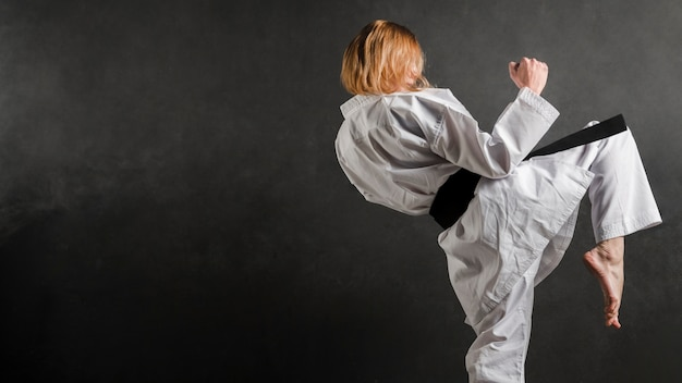 Donna di karate pratica vista laterale