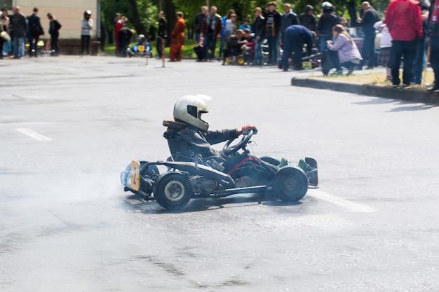 Karting - pilota in casco sul circuito di kart