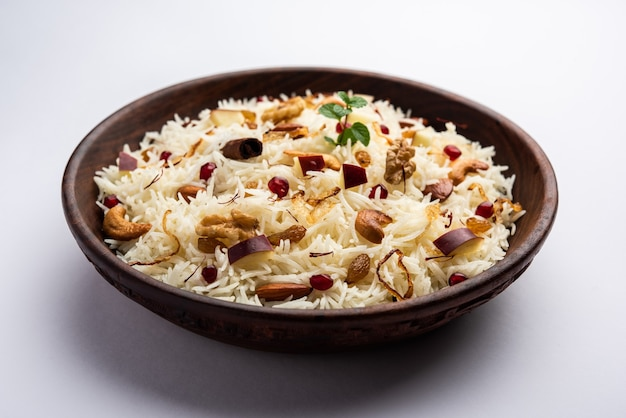 Pulao del kashmir di riso basmati cotto con spezie e aromatizzato con zafferano e frutta secca
