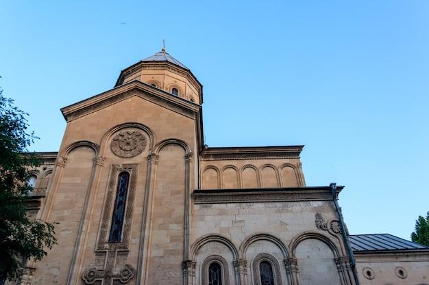 La chiesa kashveti di san giorgio nel centro di tbilisi, georgia