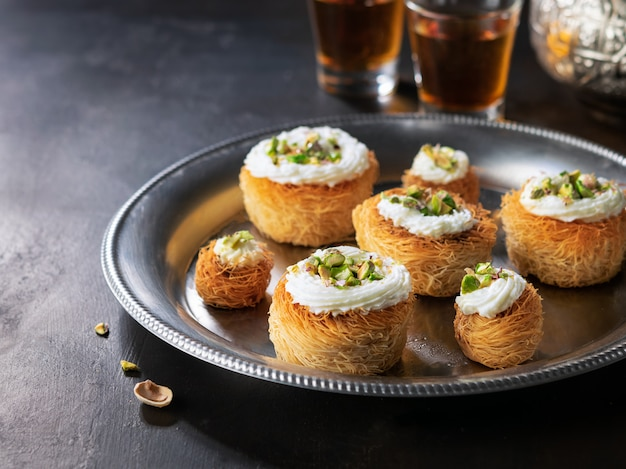 Kataifi, kadayif, kunafa, biscotti baklava con biscotti al pistacchio e tè.