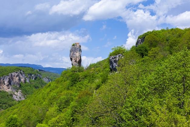 Pilastro katskhi. punti di riferimento georgiani. monastero dell'uomo vicino al villaggio di katskhi