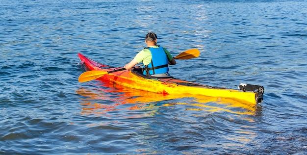 Kayaker sull'acqua nei remi di fila dell'oceano pacifico
